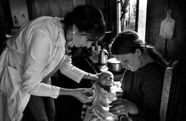 브라질 아마존 우림지역에 파견된 쿠바 의사가 아기를  검진하고 있다. /출처=Araquem Alcantara·쿠바 관영매체 그란마
