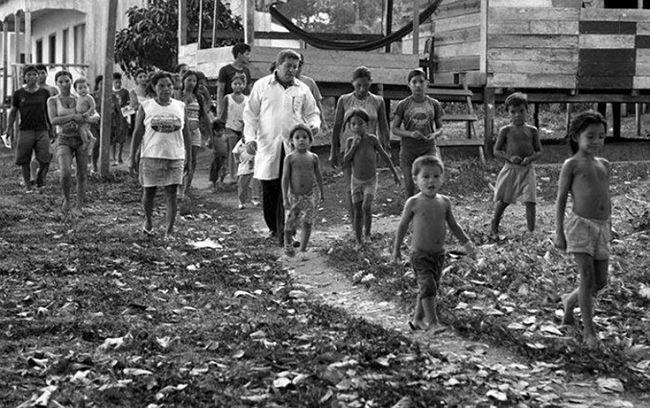 브라질 아마존 우림지역에 파견된 쿠바 의사가  동네 아이들과 걷고 있다. /사진=Araquem Alcantara·쿠바 관영매체 그란마