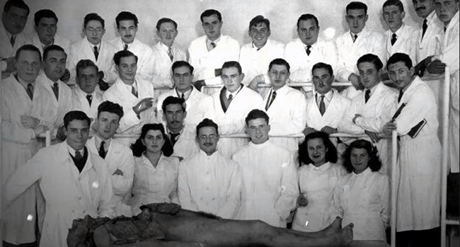 아르헨티나 부에노스아이레스 소재 의과대학 실습실에서 해부용 시신을 두고 찍은 단체 사진(세번째 줄 오른쪽에서 여섯번째가 체 게바라) /출처=넷플릭스 캡처