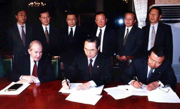 1997년 12월 3일 세종로 정부중앙청사에서 당시 미셸 캉드쉬 IMF 총재(앞줄 왼쪽)와 임창열 경제부총리 겸 재정경제원 장관(앞줄 가운데), 이경식 한국은행 총재(앞줄 오른쪽)가 합의서에 서명하고 있다.