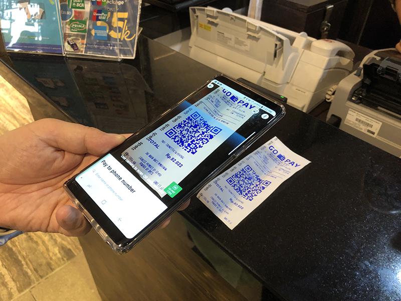 자카르타 외곽의 한 카페에서 고페이(Go-Pay)를 통해 전자결제가 진행되는 모습.