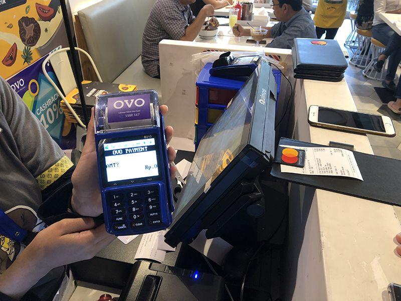 자카르타 외곽의 한 레스토랑에서 오보(OVO)를 통해 전자결제가 진행되는 모습.