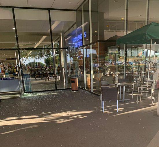 스타벅스로 통하는 몰 입구 역시 지진으로 인해 와장창 깨졌다.
