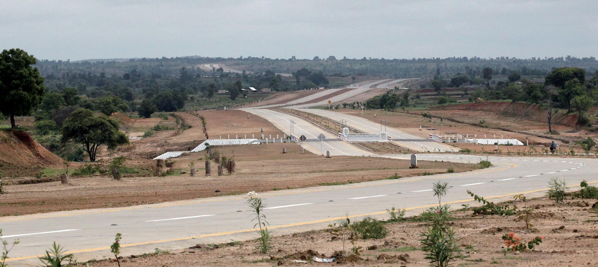 양곤에서 새로운 수도 네피도로 가는 고속도로 전경.