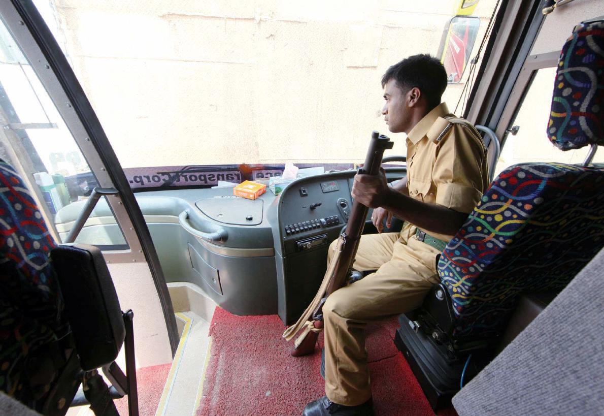 방글라데시~인도를 오가는 국제버스에는 총을 든 안전요원이 탑승한다.