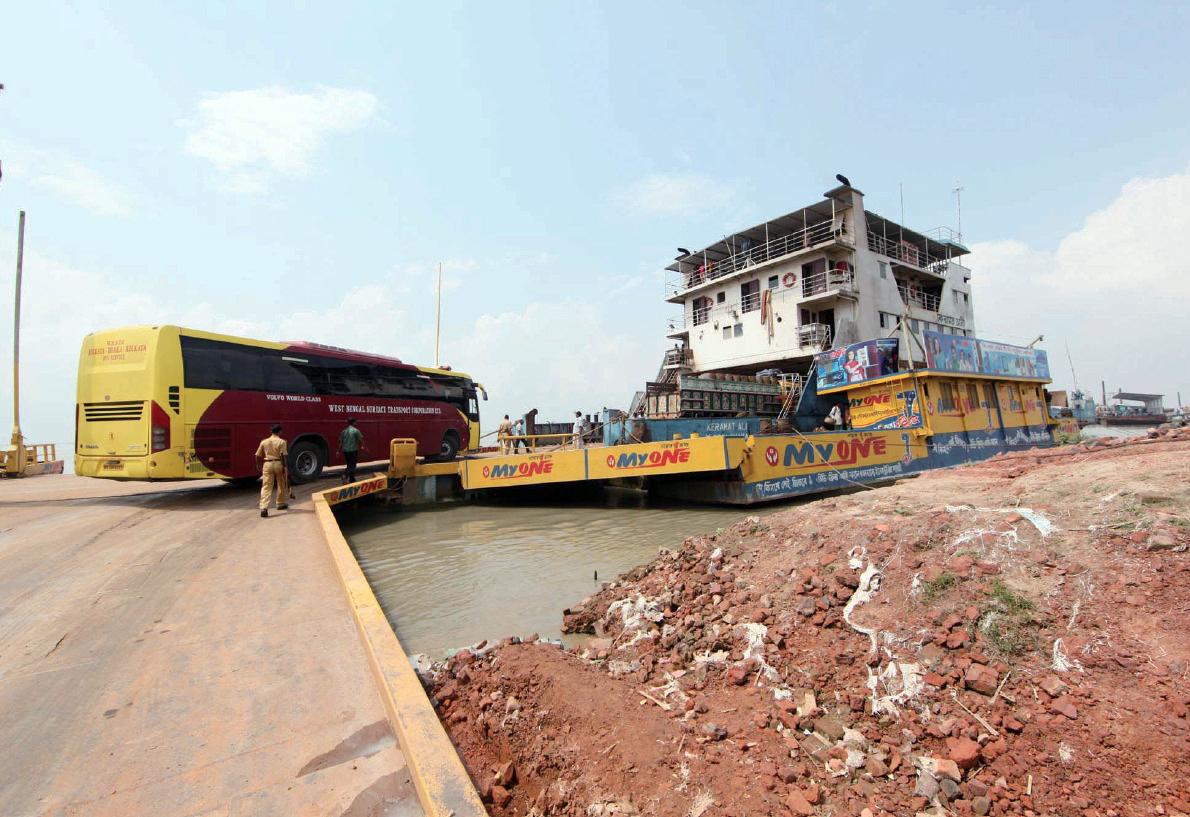 취재팀이 탔던 버스가 갠지스강을 건너기 위해 커다란 바지선으로 들어가고 있는 모습.