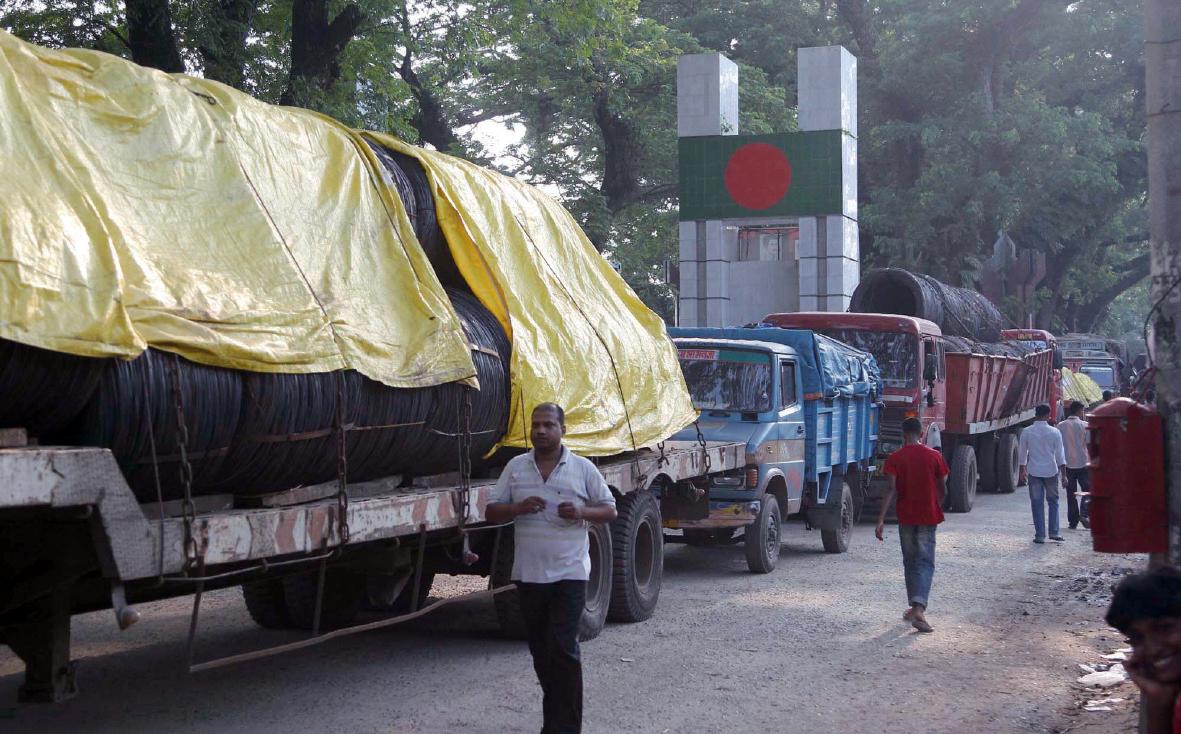 방글라데시 국경도시 베나폴에서 인도로 넘어가는 모습. 국경선에 방글라데시 국기표시가 선명한 가운데 물건을 가득 실은 화물차들이 방글라데시로 들어오고 있다.