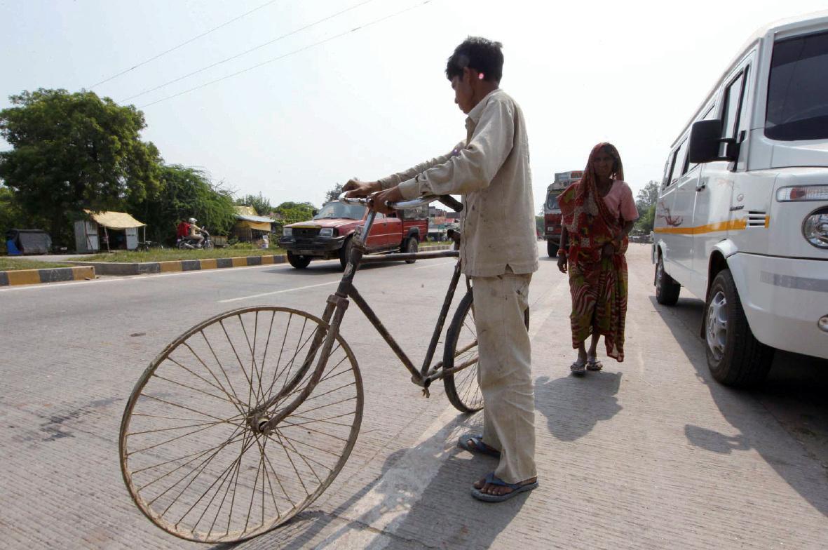 타이어도 없는 인도의 자전거