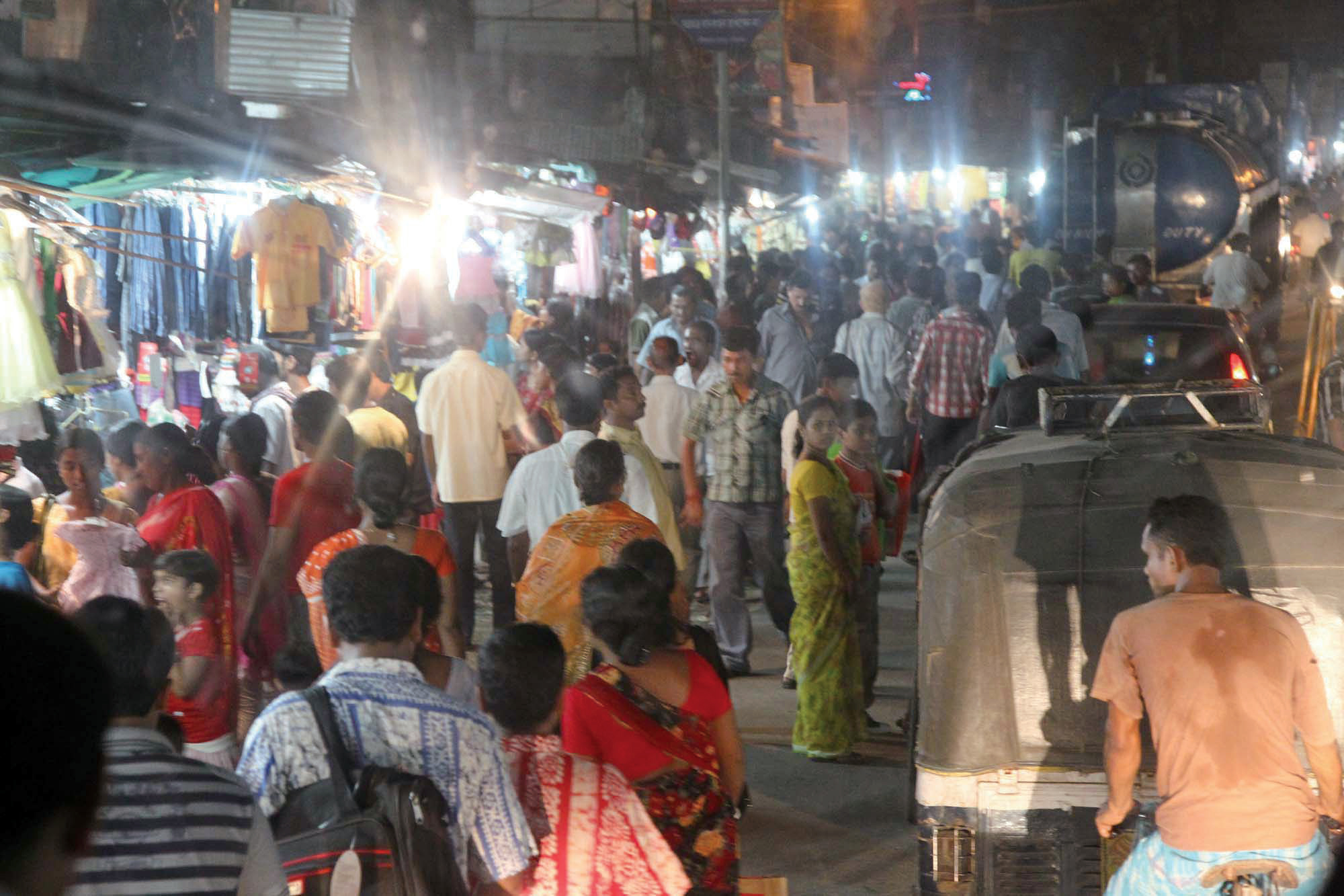 콜카타로 들어갈 때 만난 시장, 길이 혼잡해 전진하기가 힘들었다.
