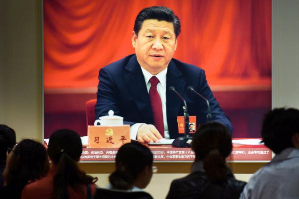 中권력구도에 쏠린 눈 시진핑 중국 국가주석의 집권 1기를 평가하고 2기 청사진을 그리는 공산당 제18기 중앙위원회 7차 전체회의가 11일 베이 징에서 개막했다. 사진은 지난 10일 중국 시민들이 시 주석의 지난 5년간 성과를 선전하기 위해 마련된 베이징 전시관에서 공산당 회의에 참석한 시 주석의 사진을 둘러보는 모습. 시 주석은 18기 7중전회와 18일 열리는 당대회를 기점으로 1인 권력 강화에 나설 것으로 예상되고 있다. [연합뉴스]