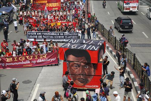 필리핀 마닐라에서 로드리고 두테르테 대통령의 독재와 마약용의자에 대한 초법적 처형에 반대하는 시위가 벌어지고 있다. [AP연합뉴스]