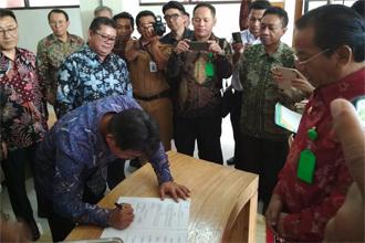 현지 매체에 따르면 현재까지 7개 기업이 인도네시아 팔루 특별경제특구에 투자를 결정했다. 사진은 팔루 특별경제특구에 투자하기로 한 기업이 서명하는 모습. <트위터 캡처>