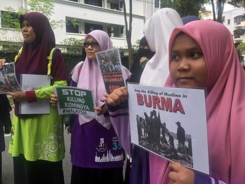 집회 참가자들이 로힝야족 탄압 사태를 비판하는 내용의 피켓을 들고 미얀마 정부를 비판하고 있다. [로이터연합뉴스]