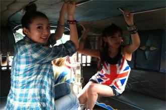 """한류스타 2NE1(투애니원) 멤버 박봄과 산드라 박이 필리핀에서 지프니를 타고 이동하고 있다. 지프니 천장을 '탁탁"""" 치면 운전기사가 지프니를 세워준다. <사진=박봄 트위터 캡처>"""