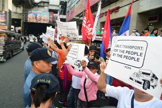 필리핀 시민들이 정부가 발표한 노후 지프니 퇴출을 반대하는 시위를 벌이고 있다. 지프니는 필리핀 시민들이 반세기 넘게 이용해 온 대표적인 교통수단이다. <사진=트위터 캡처>