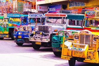 """필리핀 대표 대중교통 지프니의 외관은 화려하다. 소유주의 개인취향 등에 따라 다양한 그림을 그려넣기 때문에 '세상에 같은 지프니는 없다""""는 말도 있다. <사진=구글>"""