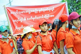 지난 8월 미얀마에서 노동자들이 정부에 최저임금 인상을 요구하는 거리 집회를 열고 있다. <사진=트위터 캡처>