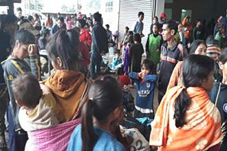 라오스 아타푸주의 임시 대피소에서 이재민들이 구호물자를 기다리고 있다. <홍장원 기자>