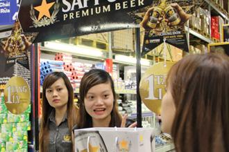 맥주를 생산하는 일본 기업 가운데 유일하게 베트남에 공장을 세운 삿포로홀딩스가 현지 한 상점에서 판촉행사를 하고 있는 모습. <사진제공=닛케이 아시안 리뷰 캡처>