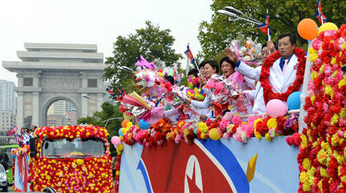 인천 아시안게임에서 좋은 성적을 거둔 북한 선수단이 5일 평양에 도착해 무개차를 타고 퍼레이드를 펼쳤다고 조선중앙통신이 5일 보도했다.