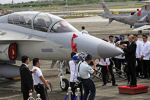 필리핀의 아키노 대통령이 FA-50 앞부분에 샴페인을 붓는 의식을 직접 하고 있다. [사진 = ABS-CBN 뉴스]