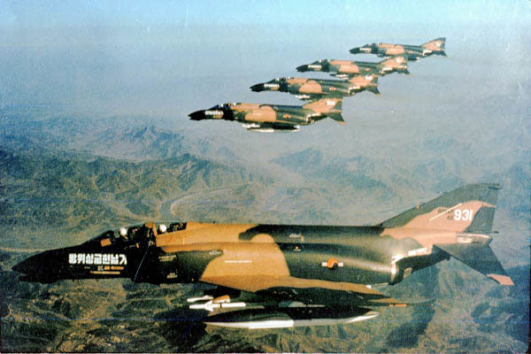 1975년 도입한 F-4 팬텀기의 기체에 방위성금헌납기라고 써있다. [사진 = ABS-CBN 뉴스]