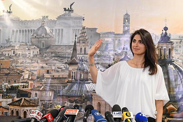 로마 역사상 최초의 여성 시장으로 당선된 이탈리아 제1야당 오성운동(M5S)의 비르지니아 라지(37)가 20일(현지시간) 로마에서 기자회견하며 손을 흔들고 있다.[사진=연합뉴스]