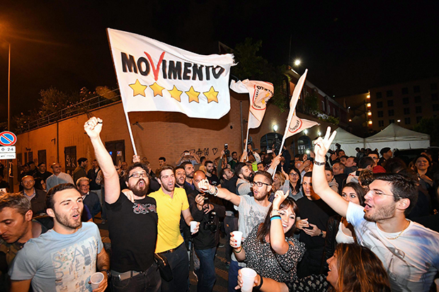 M5S 지지자들이 20일 로마에서 라지의 시장 당선에 환호하는 모습.[사진=연합뉴스]