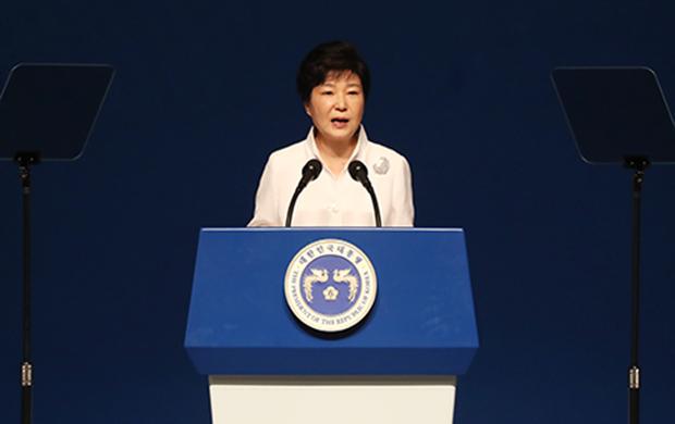 박근혜 대통령이 15일 오전 서울 세종문화회관에서 열린 제71주년 광복절 경축식에서 축사하고 있다.[사진=연합뉴스]