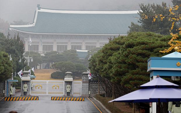 이슬비가 내린 14일 청와대 정문(일명 11문) 앞에서 경찰이 근무를 서고 있다. 검찰은 이번 주 중에 박근혜 대통령에 대한 조사를 예고했다.[사진=연합뉴스]