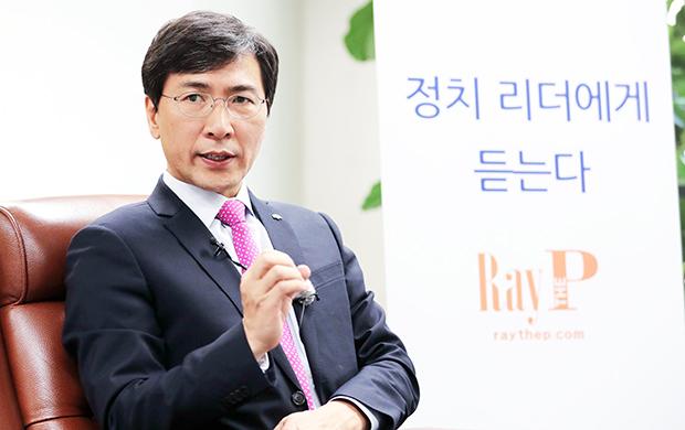 20일 안희정 충남도지사와 레이더P와 인터뷰하고있다. [사진=김호영기자]