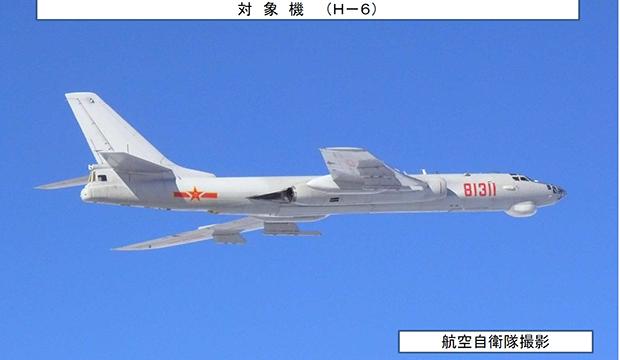 """중국 폭격기 등 군용기 8대가 9일 대한해협 동수도(일본명 """"쓰시마 해협"""") 상공을 통과해 동중국해와 동해 사이를 왕복 비행한 것을 긴급 발진한 일본 자위대 전투기가 확인했다고 일본 언론이 전했다. 사진은 일본 방위성 통합막료감부가 인터넷 홈페이지에 공개한 H-6 폭격기 모습.[사진=영ㄴ합뉴스]"""