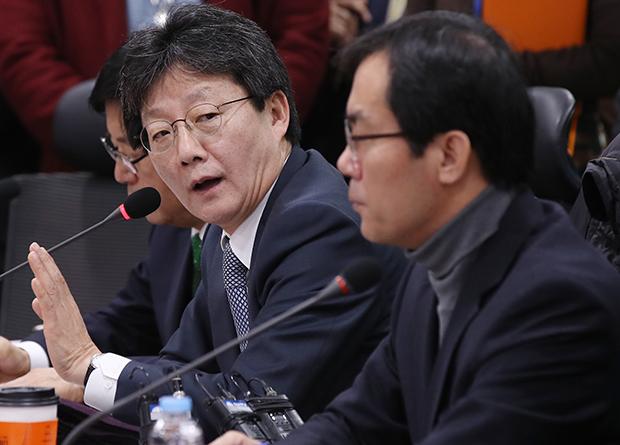 바른정당 유승민 의원(왼쪽)이 11일 오전 국회 의원회관에서 열린 창당준비 전체회의에서 발언하고 있다. 오른쪽은 김영우 의원. [사진=연합뉴스]