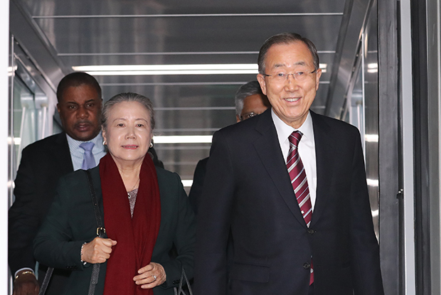 반기문 전 유엔 사무총장이 12일 오후 인천국제공항을 통해 귀국하고 있다.[사진=연합뉴스]