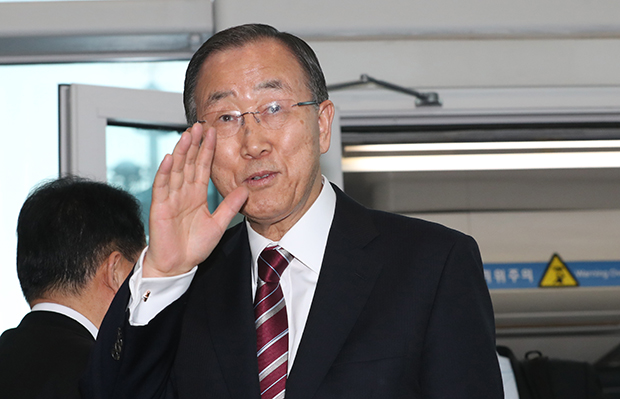 반기문 전 유엔 사무총장이 12일 오후 인천국제공항을 통해 귀국하고 있다. [사진=연합뉴스]