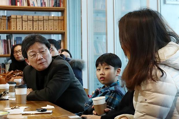 유승민 바른정당 의원(왼쪽 두 번째)이 4일 오후 서울 서대문구의 한 유치원 졸업식을 찾아 학부모들과 육아경력단절에 대한 대화를 나누고 있다.[사진=연합뉴스]