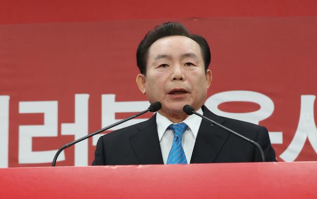 자유한국당 이인제 전 최고위원이 지난 달 15일 서울 여의도 당사 기자실에서 제19대 대통령 선거 출마를 선언을 하고 있다.[사진=연합뉴스]