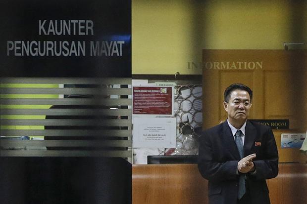 말레이시아의 쿠알라룸푸르 국제공항 인근 병원에 안치돼 있던 김정남의 시신은 15일 오전(현지시간) 경찰차의 호위를 받는 영안실 밴에 실려 쿠알라룸푸르 중심가의 쿠알라룸푸르 병원(HKL)로 옮겨졌다. 사진은 이날 HKL 부검실의 시신 안치소에서 모습을 보이고 있는 강철 말레이시아 북한대사.[사진=연합뉴스]