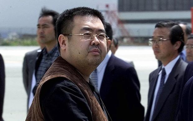 김정남이 지난 2001년 5월4일 일본 나리타 공항에서 베이징행 여객기에 탑승하기 전 카메라에 포착된 모습.[사진=연합뉴스]