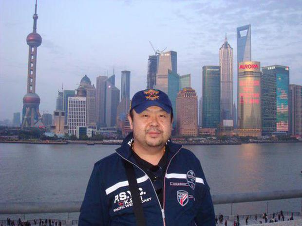 2010년 6월 마카오 고층빌딩들을 배경으로 기념촬영한 김정남.[사진=김정남 페이스북]