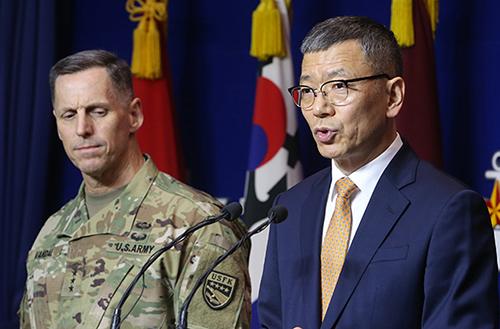 류제승 국방부 국방정책실장(오른쪽)과 토머스 벤달 미8군사령관이 8일 오전 서울 용산구 국방부에서 주한미군의 고고도 미사일방어체계인 사드(THAAD) 배치 관련 발표를 하고 있다.[사진=연합뉴스]