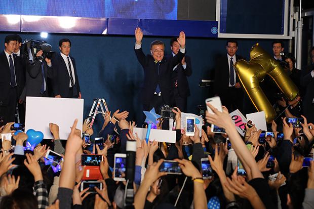 문재인 대통령 당선인이 9일 오후 서울 세종로공원에서 열린 시민들과 함께하는 개표방송에서 지지자들에게 손을 들어 인사를 하고 있다. [사진=연합뉴스]