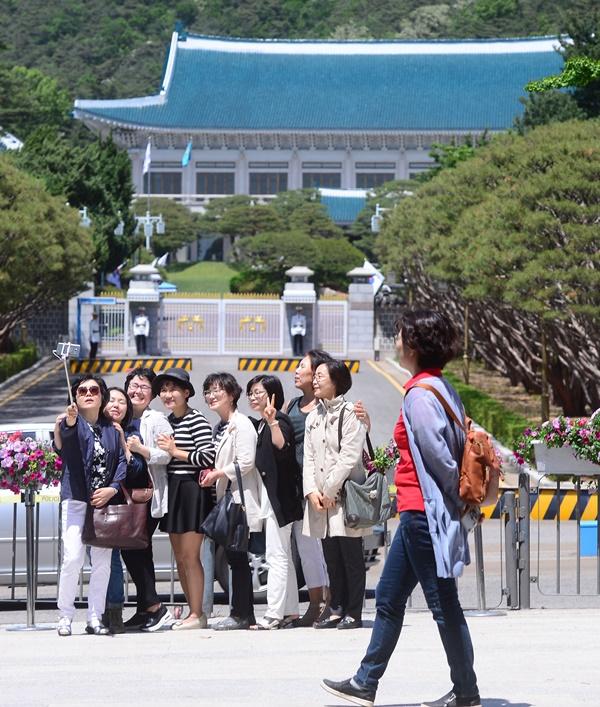 문재인 대통령 취임 후 첫 휴일인 14일 오후 서울 경복궁 신무문 앞에서 시민들이 청와대를 배경으로 기념사진을 찍고 있다.[사진=청와대사진기자단]