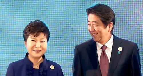 박근혜 대통령이 2016년 9월 7일 오후[현지시간] 라오스 비엔티안 국립컨벤션센터[NCC]에서 열린 한-아세안 정상회의에서 기념촬영을 하며 아베 일본 총리와 대화하고 있다. [사진=연합뉴스]