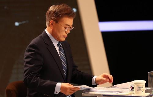 문재인 더불어민주당 대선후보가 2017년 4월 28일 오후 서울 상암동 MBC에서 열린 다섯 번째 대선 TV토론에 참석해 생방송전 잠시 생각에 잠겨있다. [사진=연합뉴스]