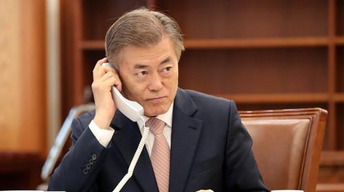 문재인 대통령이 2017년 5월 11일 아베 신조 일본 총리와 취임 후 첫 전화통화를 하고 있다. [사진=청와대 제공]