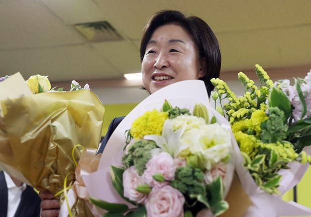 제19대 대선에 출마했던 정의당 심상정 대표가 10일 오전 서울 여의도 당사에서 열린 캠프 해단식에서 꽃다발을 받아 들고 있다.[사진=연합뉴스]
