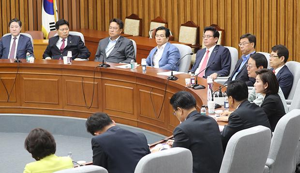 자유한국당 정우택 대표 권한대행과 의원들이 17일 오전 국회에서 열린 중진의원 간담회에서 한선교 의원의 발언을 듣고 있다.[사진=연합뉴스]