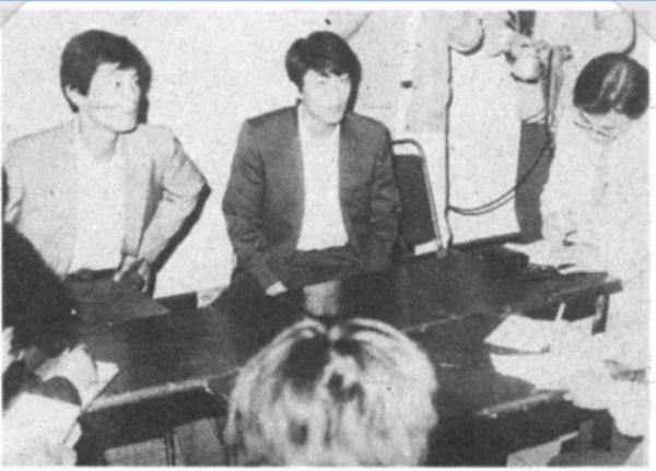 전대협 의장으로 활동하던 임 비서실장(가운데)이 충남대학교 학생회관에서 집회 관련 기자회견을 하고 있다. [사진=임종석 비서실장 블로그]