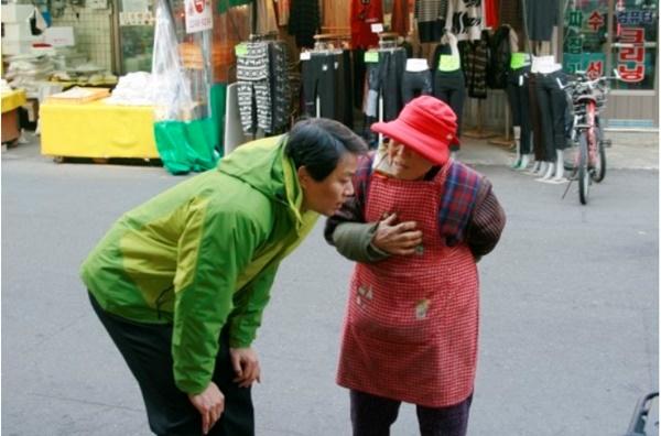 2012년 새해를 맞아 서울 용답동, 사근동 일대를 돌며 주민들에게 설 인사를 건네며 얘기를 하고 있다. [사진=임종석 비서실장 블로그]